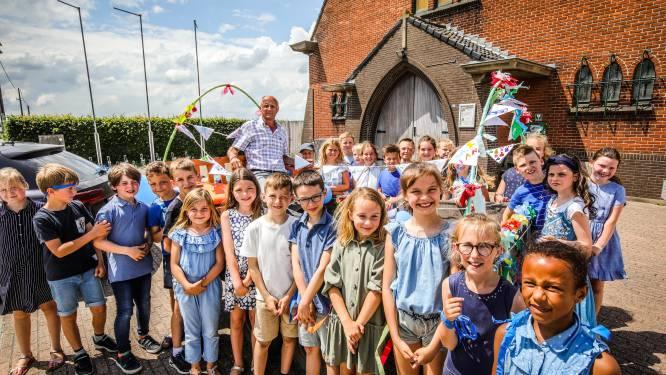 """Meester Jan zwaait na 40 jaar kinderen van school Sint-Kristoffel uit: """"Ik was meer bezig met mijn leerlingen dan met de computers"""""""