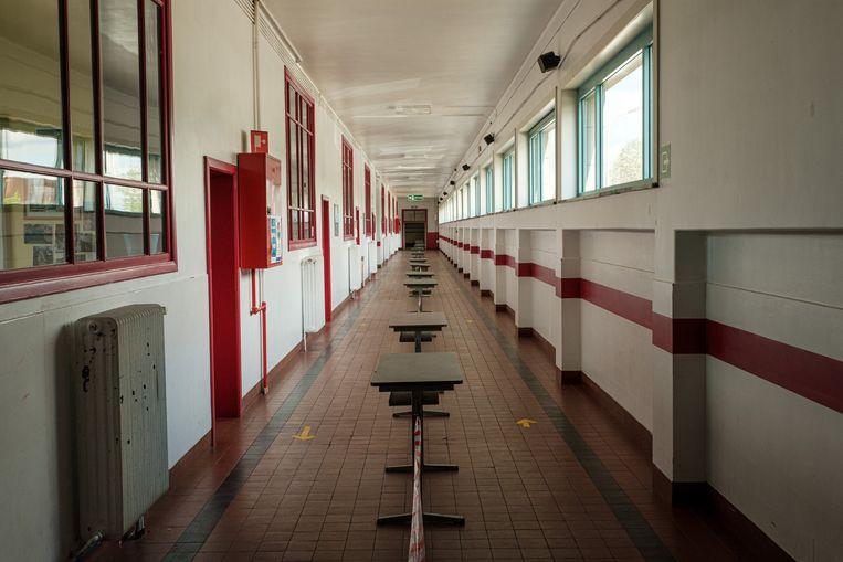 Scholen, zoals hier atheneum De Tandem in Eeklo, organiseren eenrichtingsverkeer in de gangen om zoveel mogelijk contact te vermijden. Beeld Wouter Van Vooren