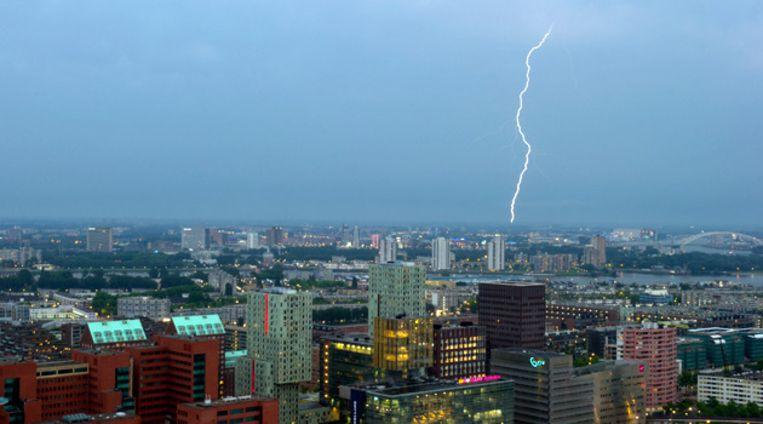 Blikseminslag vanavond in Rotterdam. © ANP Beeld