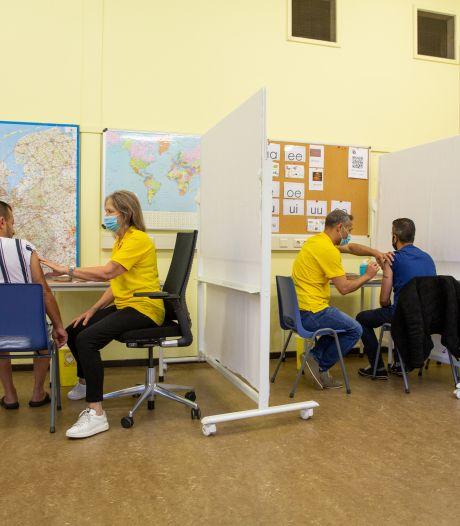 Ook het asielzoekerscentrum heeft een eigen prikstraat: 'Alleen al de taalbarrière maakt het anders'