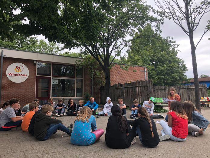 Juf Marijke Hovenier, leerkracht van groep 7/8 van basisschool De Windroos in Wijk bij Duurstede, te midden van haar leerlingen tijdens een dramales op het schoolplein.