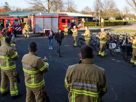 Brandweer Eibergen haalt nieuwe collega's met loeiende sirenes op van huis