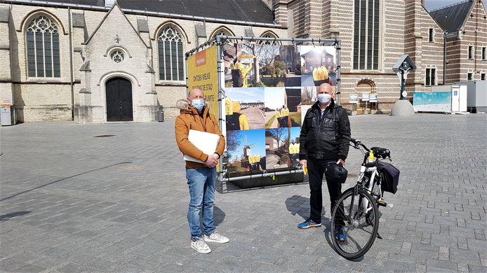 Paul Wuillaume van studiebureau Omgeving, dat de stad tijdens het hele proces begeleidde en schepen Bart Julliams op de Markt. Daar staat een promokubus met informatie over het beleidsplan en de fietstocht.