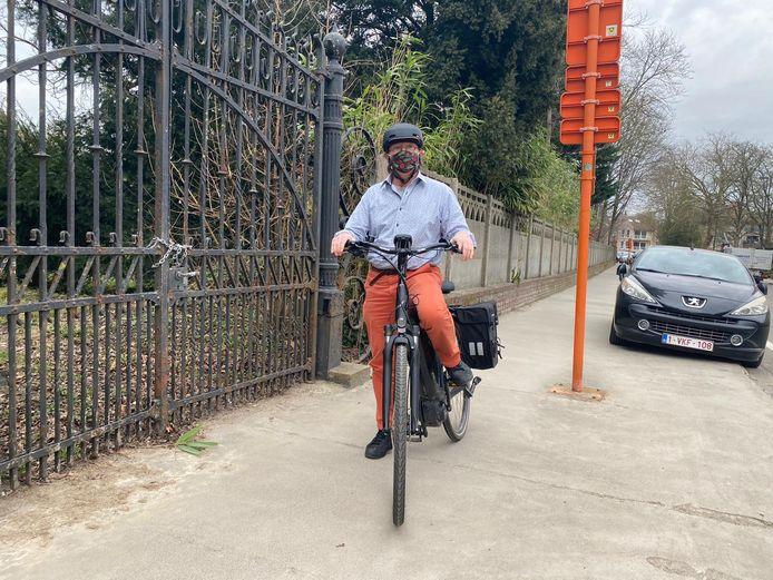 Schepen van Mobiliteit Peter Lombaert in de J.B. Dekeysersstraat in het centrum van Overijse, waar binnenkort fietspaden aangelegd worden.
