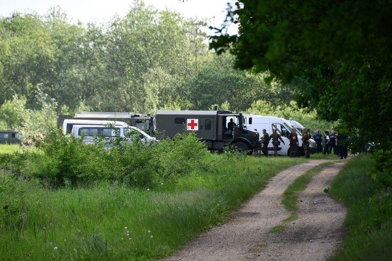 Nabij de plek in het Dilserbos waar woensdag de tas gevonden werd, werd gisteren opnieuw met man en macht gezocht. Beeld BELGA