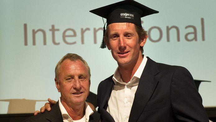 Oud-voetballer Edwin van der Sar, master-student van het Johan Cruyff Institute for Sport Studies, kreeg in juni 2012 uit handen van Johan Cruijff zijn diploma uitgereikt tijdens de Graduation Ceremony.
