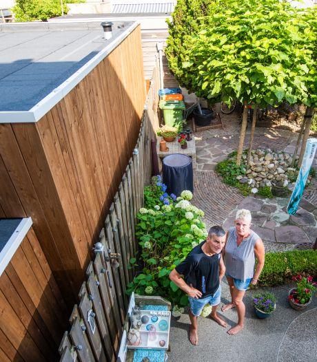 Buren hebben plots bebouwing van 3.10 meter hoog in de tuin staan in Apeldoorn. (Maar protesteren kan niet)