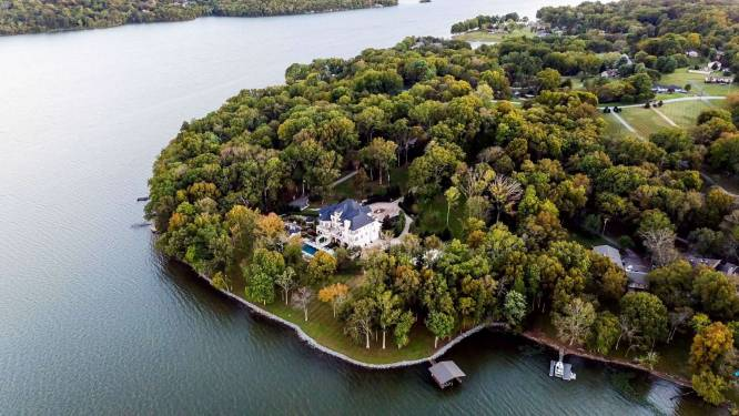 Een meer, zwembad en jacuzzi: waterpret verzekerd in deze villa van 5,3 miljoen