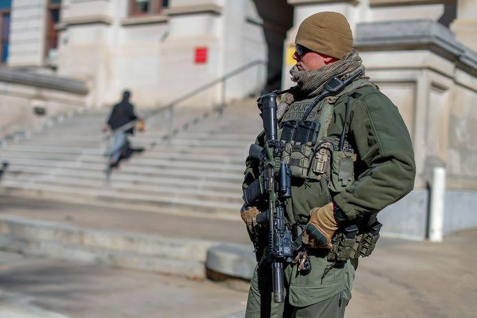 Een zwaarbewapende agent bewaakt het Capitool in Atlanta, de hoofdstad van de staat Georgia.