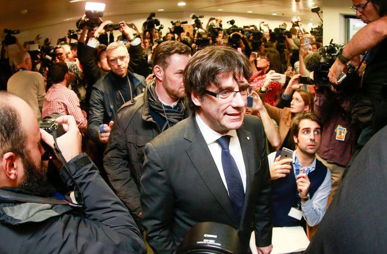 Puigdemont in de overvolle zaal van de Press Club in Brussel, waar hij rond een uur vanmiddag zijn persconferentie gaf. Beeld EPA