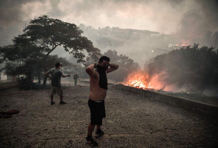 Après le mont Penteli la semaine dernière, c'est le mont Parnès, la deuxième des trois collines qui encadrent Athènes, qui était en feu mardi, répandant d'épaisses fumées sur la capitale grecque.