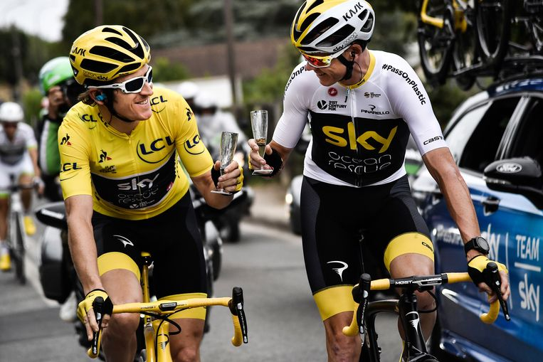 Geraint Thomas (L) en Chris Froome (R)van team Sky proosten bij de Tour de France. Beeld EPA