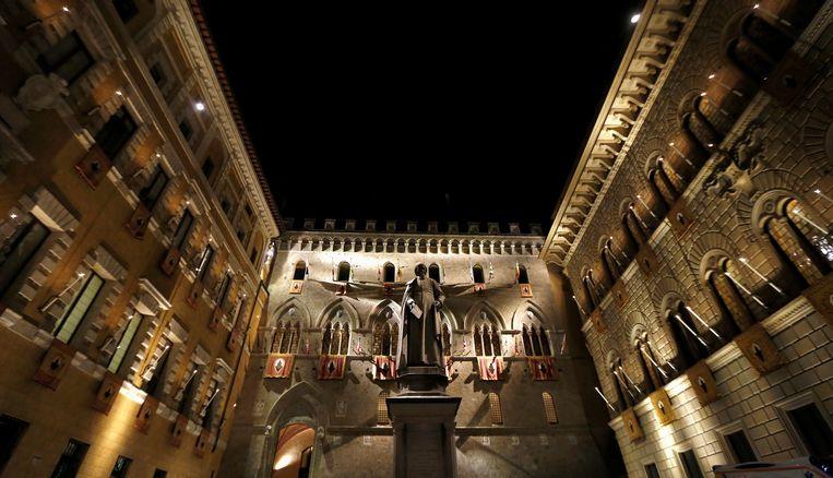 De ingang van het hoofdkantoor van de Italiaanse bank Monte dei Paschi di Siena. Beeld REUTERS