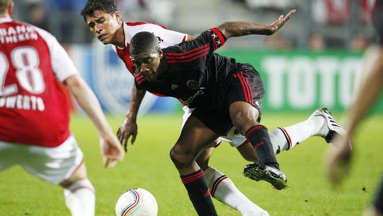 Hector Moreno (L) van AZ in duel met Roly Bonevacia (R) van Jong Ajax tijdens de tweede ronde van de KNVB beker in 2009. Beeld