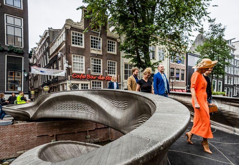 Koningin Máxima heeft op de Oudezijds Achterburgwal in Amsterdam een 3D-geprinte brug geopend.  Beeld Brunopress