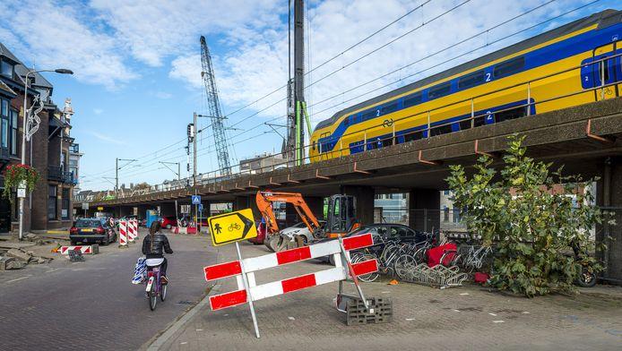 Een trein rijdt over het oude spoorviaduct in Delft
