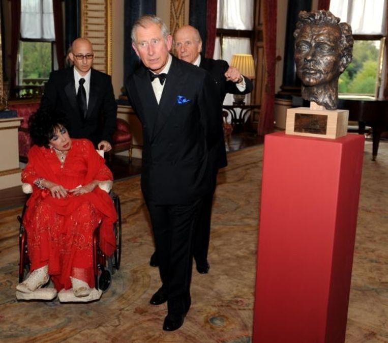 Elizabeth Taylor bij de onthulling van een buste van haar ex Richard Burton door prins Charles. Beeld UNKNOWN