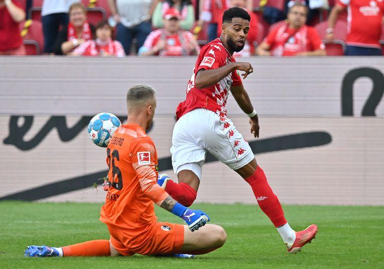 Jeremiah St. Juste van Mainz slaagt er niet in zijn landgenoot Mark Flekken van SC Freiburg te passeren.  Beeld Torsten Silz/dpa
