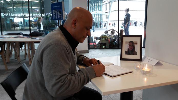 Radj tekent condoleanceregister voor Anne Faber in het Stadskantoor van Utrecht.