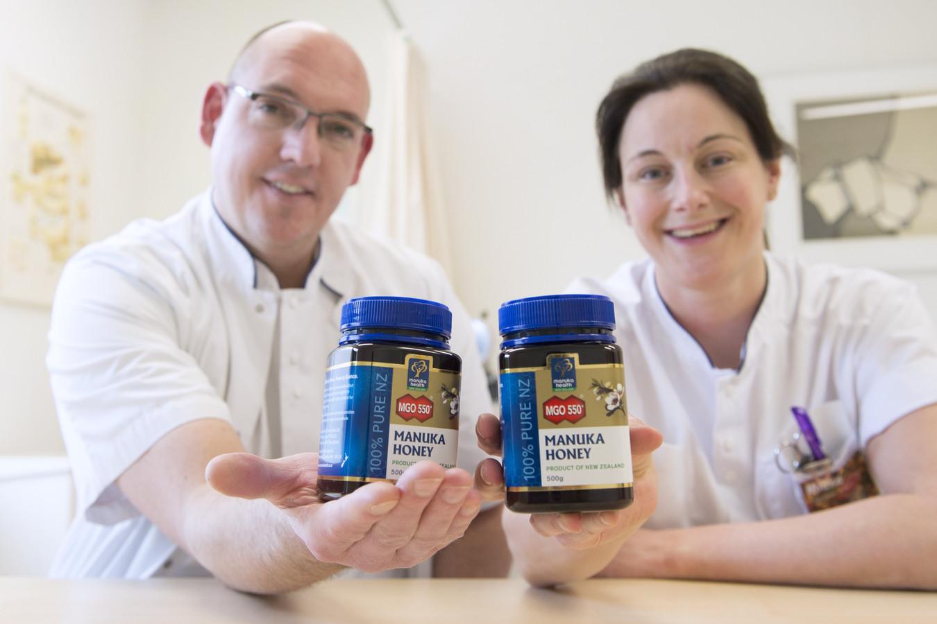 MDL-arts Robbert Eichhorn en endoscopie-verpleegkundige Mieke Hesselmans tonen de medicinale honing.