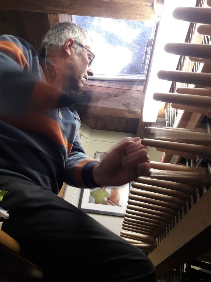 Toni Raats, stadsbeiaardier van Roosendaal, bespeelt het stokkenklavier in de Sint Janstoren