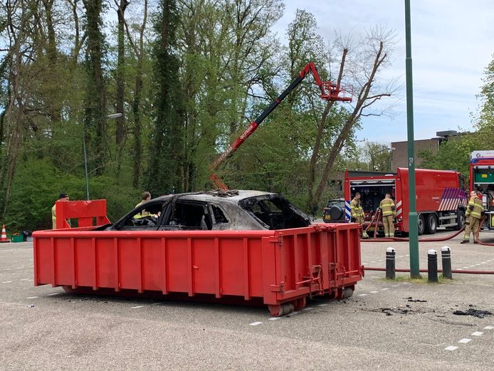 De uitgebrande auto is in Vught verplaatst naar een leegstaand terrein.