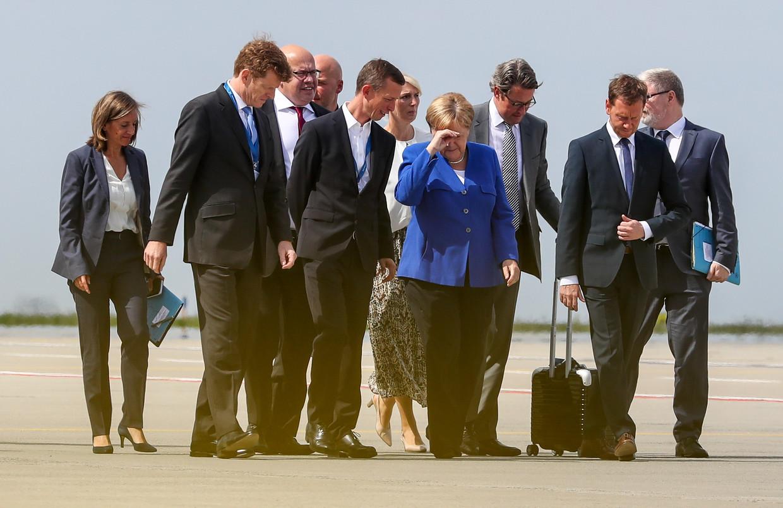 Bondskanselier Merkel arriveert deze week per helikopter inLeipzig met enkele van haar ministers. Zaterdag reist zij af naarBiarritz voor de G7-top. Beeld Jan Woitas