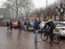 Politie begeleidt demonstranten in Nunspeet uit het centrum naar kaal parkeerterrein voor hun betogende kerstboodschap