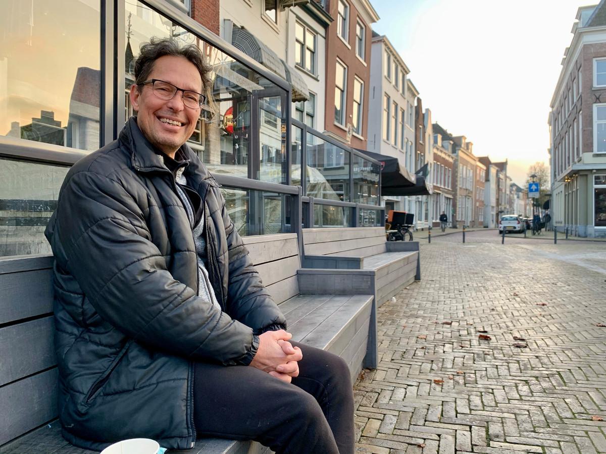 Francis Minnaert zit op de Grote Markt in Gorinchem even in de winterzon.