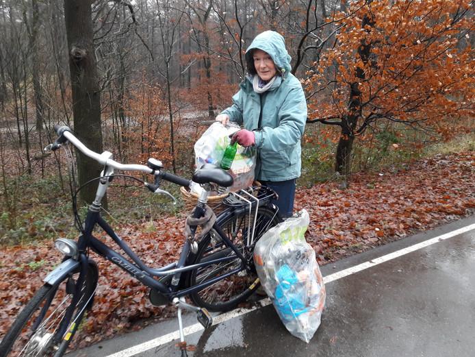 Marjon Rath maakt de bosrand langs de Nijmeegsebaan schoon.