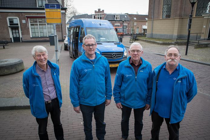 Vrijwilligers van de Buurtbus Heino kunnen de route naar Zwolle-Zuid dromen. Vlnr: Dick Stegeman, Anton Morrenhof, Arie Lozeman en Herman Lindeboom.