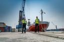 Gert Slager is van Port of Moerdijk en Gerard de Groot van rederij A2B Online. Over het project walstroom voor containerschepen. Dat reduceert uitstoot co2, stikstof en geluid en is wellicht goedkoper. Onderzoek daarnaar loopt.