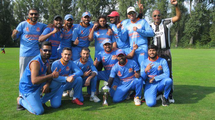 Feest bij de cricketers van Centurions uit Zeist na de promotie naar de hoofdklasse.