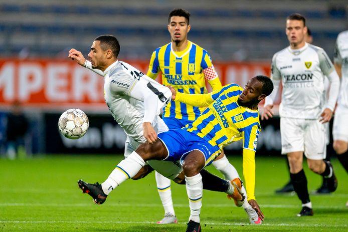 RKC-middenvelder Vurnon Anita heeft handen en voeten nodig om VVV-topscorer Georgios Giakoumakis af te stoppen. De spits, die eerder dit seizoen in Waalwijk (3-2) een strafschop benutte, kan er tegen RKC gewoon bij zijn.