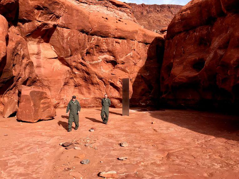 Helikopterpiloot Bret Hutchings ontdekte 'm als eerste: midden in de desolate woestijn van het Amerikaanse Utah staat een metalen monoliet van een meter of drie. Is de zilverkleurige kolos vrijgekomen uit de aarde, heeft een vliegtuig iets verloren, of nog spannender: zat er iets los aan een ruimteschip? Of is het toch een actie van een kunstenaar?  Beeld AP