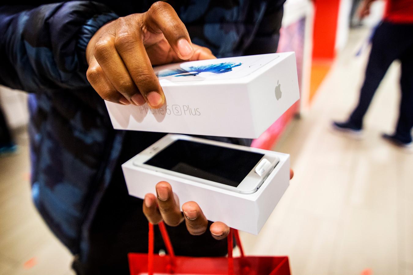 Veel jongeren willen koste wat koste een dure mobiel zoals de nieuwe iPhone 6s en raken daardoor in de schulden