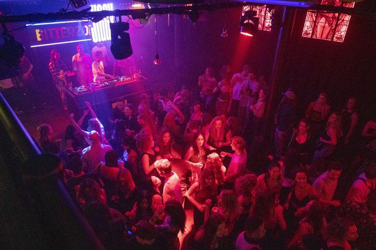 Bezoekers van club Bitterzoet in Amsterdam tijdens een concert. Bezoekers moeten een coronatoegangsbewijs laten zien voordat ze binnenkomen.  Beeld ANP