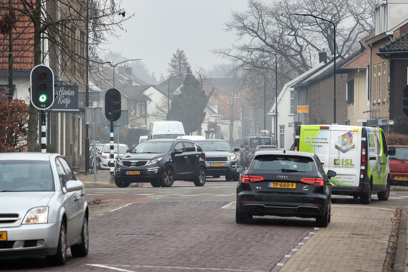Het is dagelijks erg druk op de kruising van de Willibrorduslaan, de Wollenbergstraat en de Bergstraat.