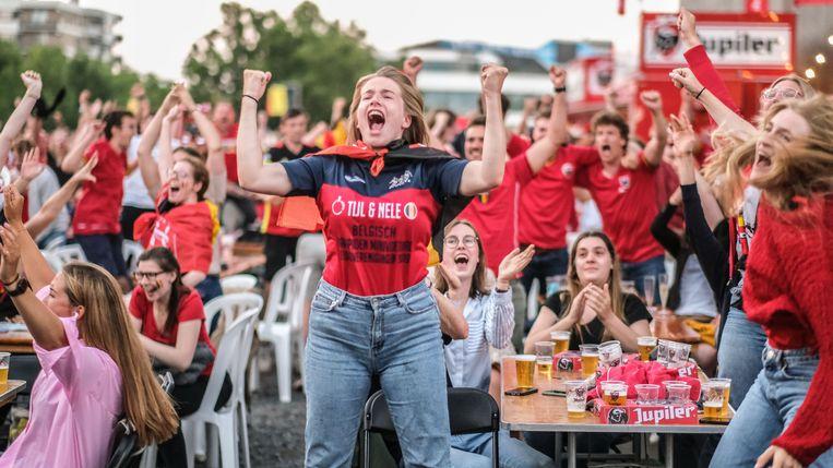 Rode Duivels-supporters tijdens het EK voetbal. Maarten Janssen (VTM): 'Tegen dat voetbalgeweld valt gewoon niet op te boksen.' Beeld Henk Deleu