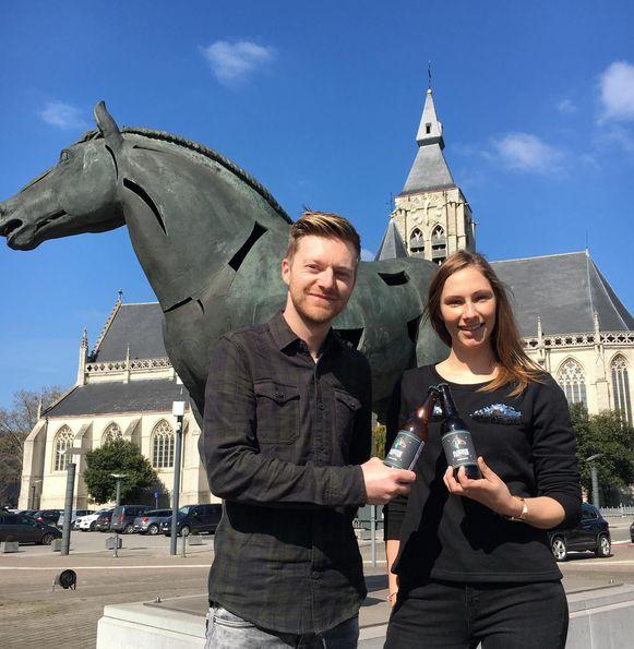Jens Leen en Tine Paredis met hun bier: 'Pjeirefretter'.