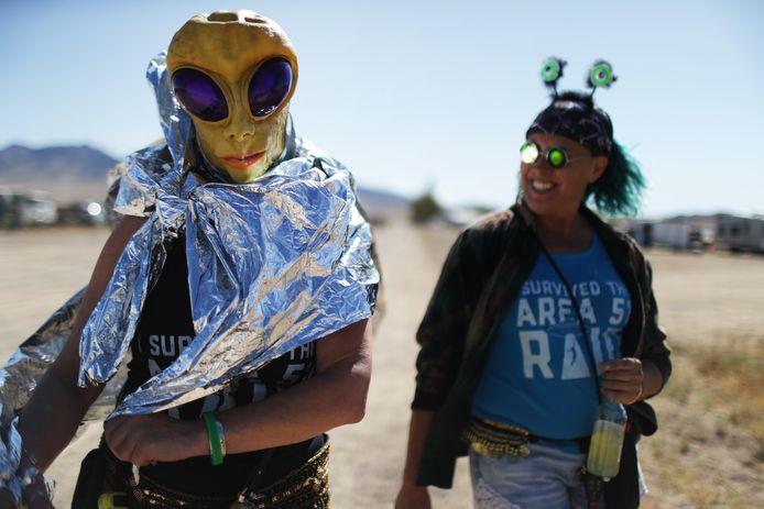 Twee bezoekers van de festiviteiten rond de basis.