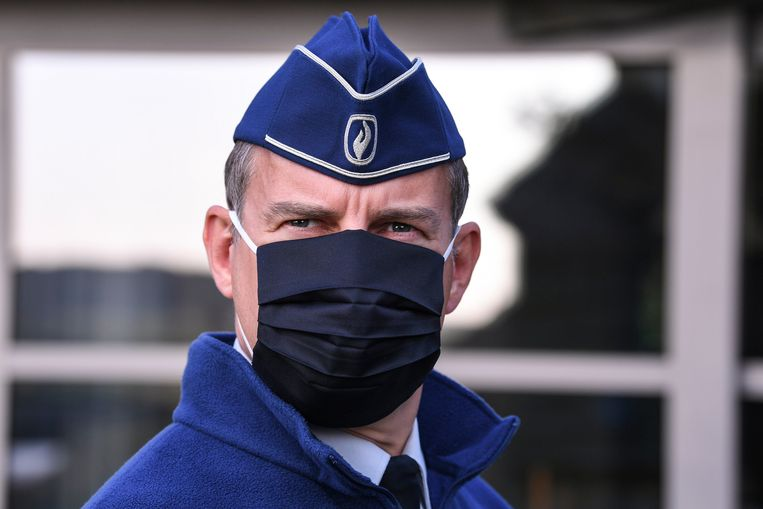 Een agent met een mondmasker