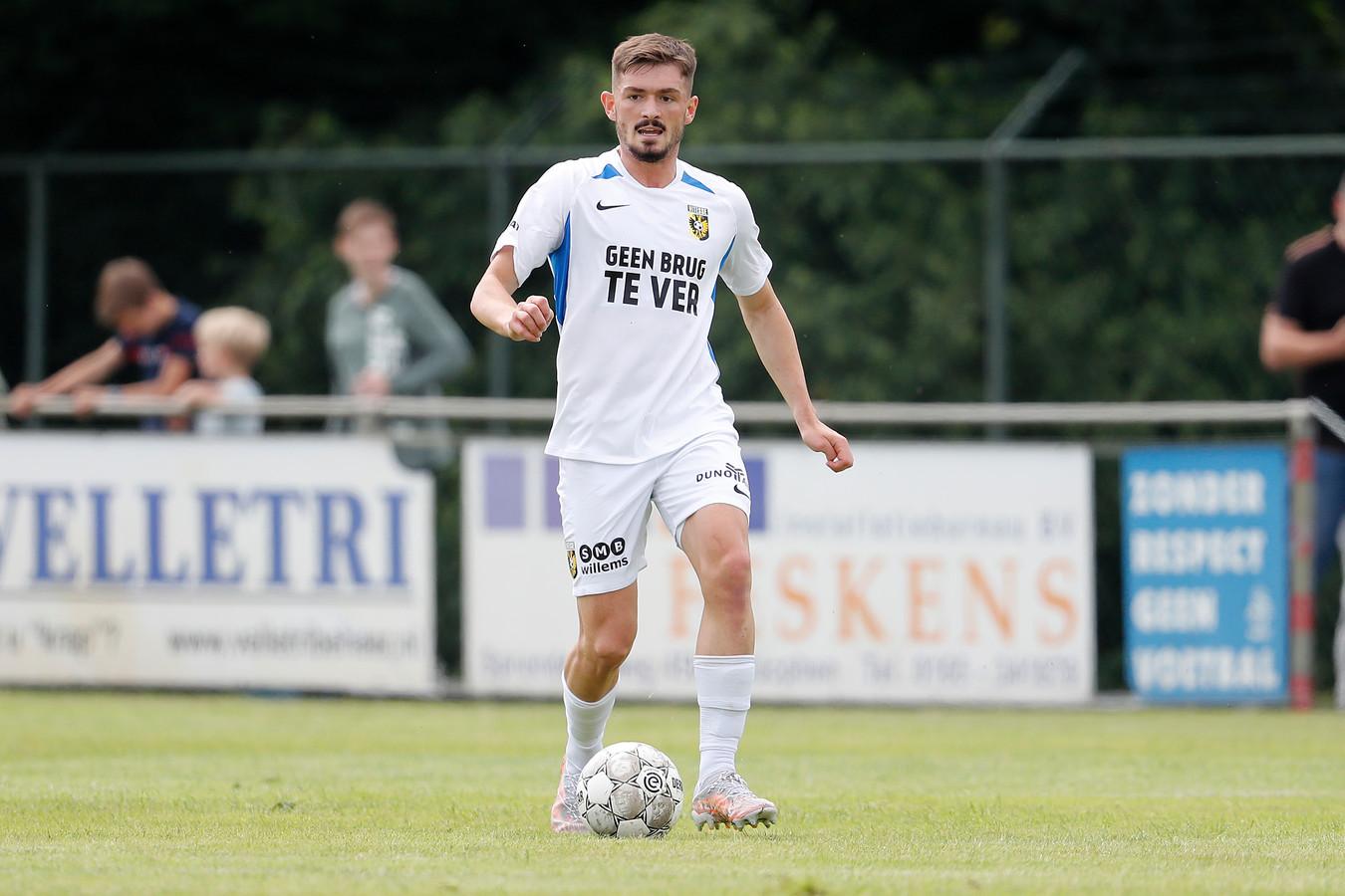 Vitesse-speler Toni Domgjoni in actie. 'Hoewel ik hem nog nooit had zien voetballen, was ik onder de indruk. Puur vanwege die prachtige naam.'