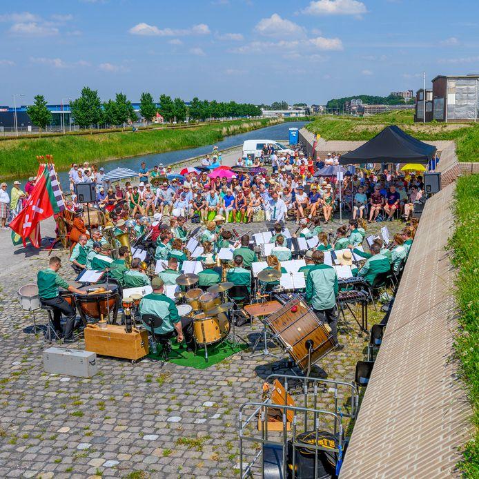 Harmonie Concordia uit Bergen op Zoom houdt van speciale optredens, zoals hier bij De Waterschans. Nu, in corona-tijd, hebben leden een lied dat ze eerder speelden met Claudia de Breij opnieuw ingespeeld en ingezongen, ieder in de eigen huiskamer.