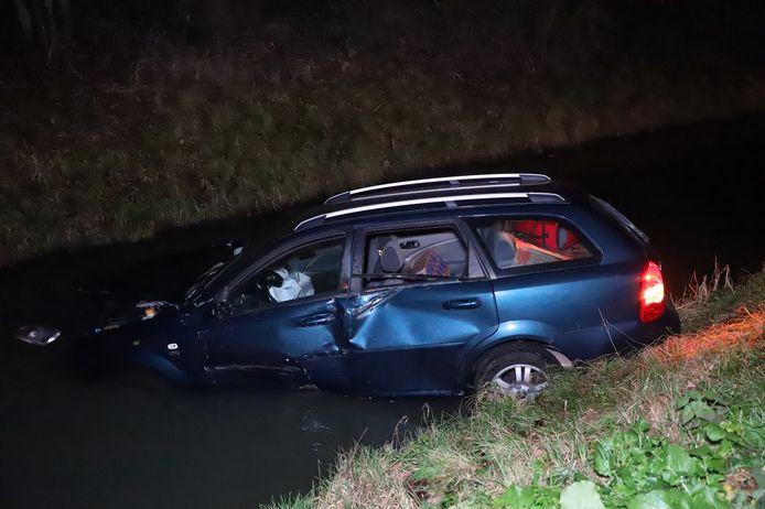 De auto belandde in de sloot langs de snelweg.