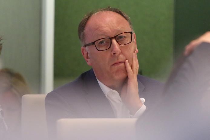Wethouder Jan Jaap Kolkman tijdens een gemeenteraadsvergadering in juni van dit jaar, wanneer hij een motie van wantrouwen tegen hem ingediend ziet worden.