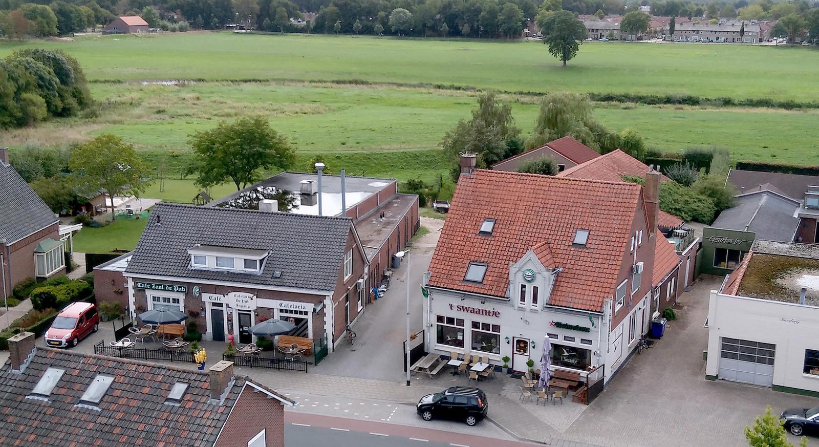 Cafe zaal de Pub en T'Swaantje zouden moeten worden opgekocht door de Gemeente. Hier zouden dan appartementen en iets voor ouderen voor in de plaats moeten komen.