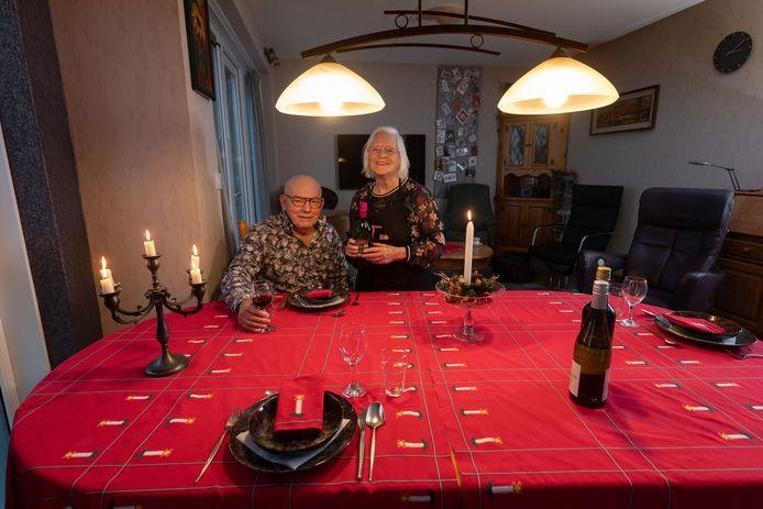 Lucie en Anton Bourgonje ontvangen op kerstavond onbekende eters aan de kerstdis. Dat kan prima, in hun royale woonkamer met grote eettafel in IJsselmuiden.