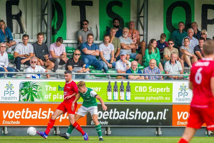 Onder toeziend oog van het publiek schermt Excelsior'31-speler Hakim Ezafzafi de bal af in duel met Wessel Witbreuk van HSC'21.