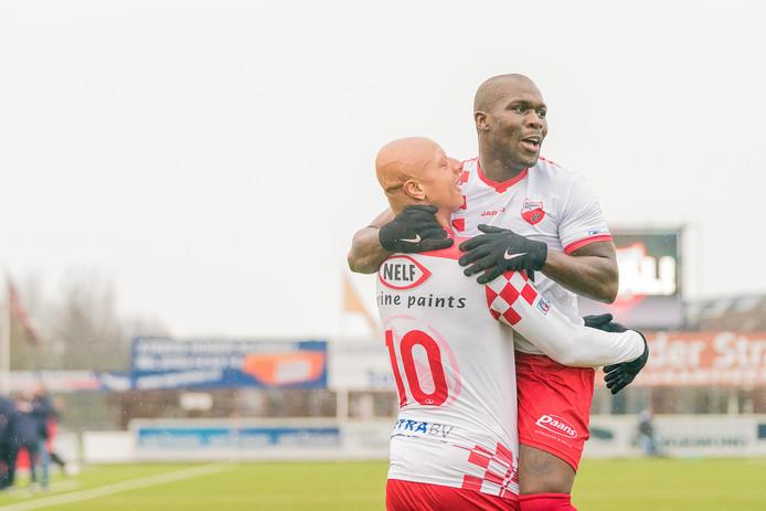 Royston Drenthe heeft Kozakken Boys op 2-0 gezet tegen Jong Sparta en viert zijn doelpunt met Kaj Tejan (links).
